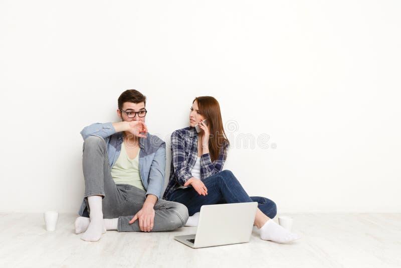 Problème financier, couple choqué avec des factures photos stock