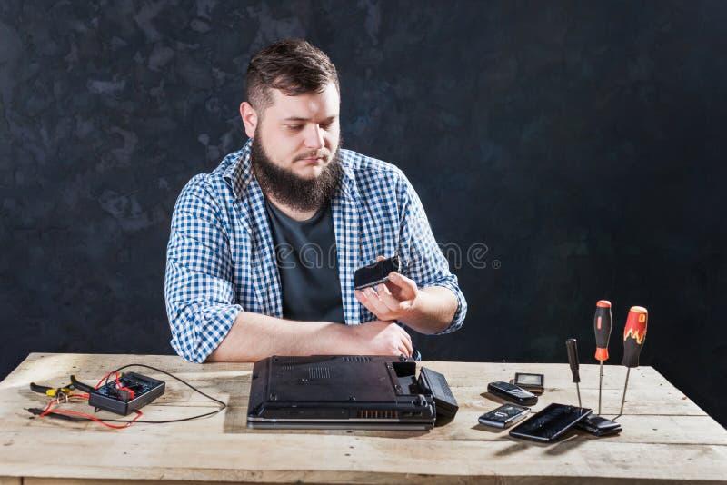 Problème masculin de fixation d'ingénieur informaticien avec l'ordinateur portable images libres de droits