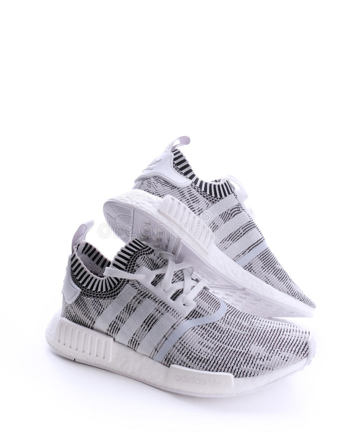 Espadrille Rouge D'Adidas NMD R1 Photographie éditorial