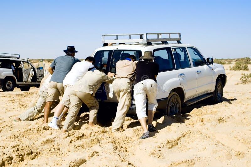 Problèmes avec le véhicule tandis que safari au désert photographie stock