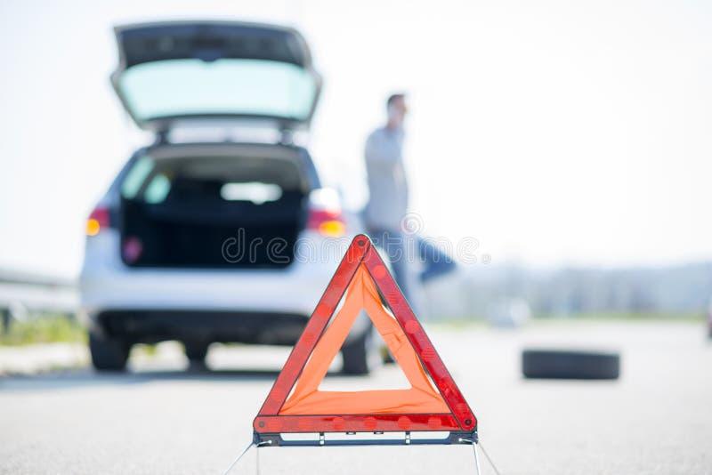 Problèmes de voiture, triangle d'avertissement rouge ! photos stock