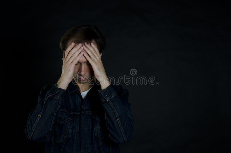 Problèmes du ` s d'hommes Fond noir photos libres de droits