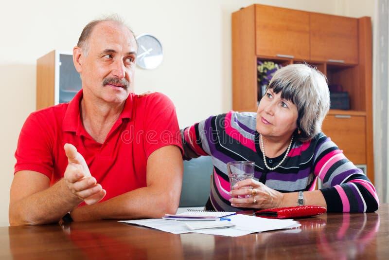 Problèmes financiers dans le famille image stock