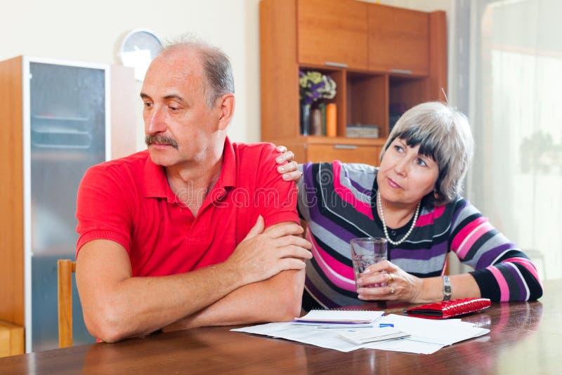 Problèmes financiers dans le famille images stock