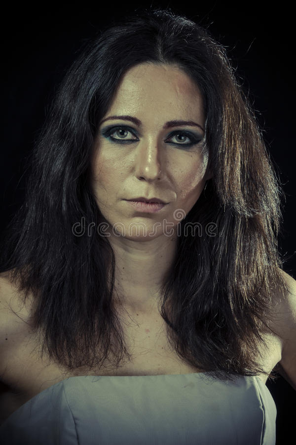 Probleem, droevige donkerbruine vrouw met lang haar en avondtoga royalty-vrije stock afbeeldingen