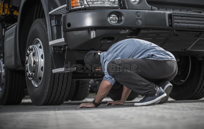 Problem med den brutna lastbilen royaltyfri bild
