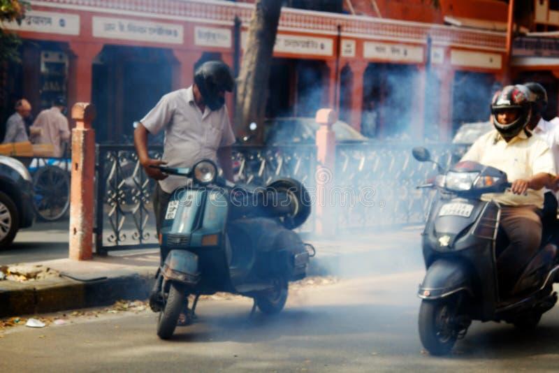 Problem och tekniska problem med motorcykeln på den indiska vägen arkivfoton
