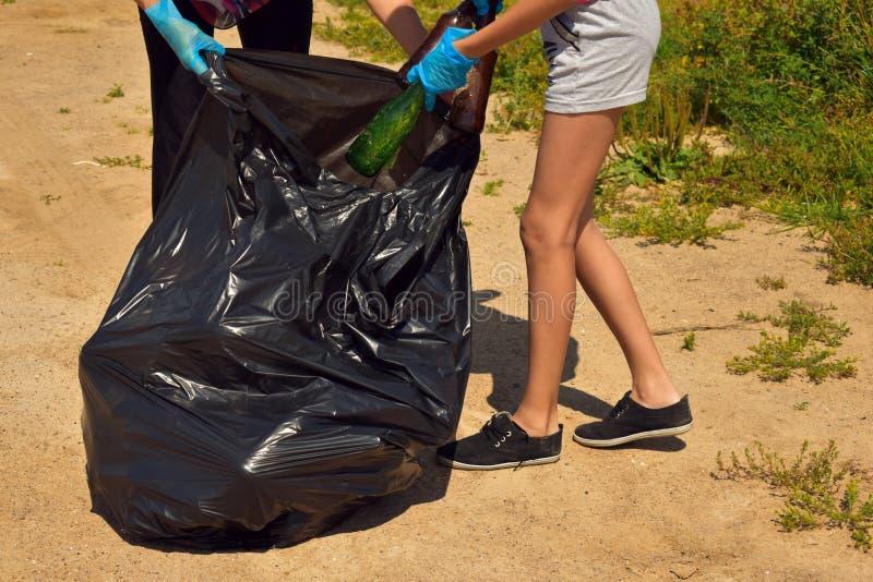Problem zanieczyszczenie ?rodowiska Wolontariuszi czyścą parka od śmieci zdjęcie royalty free