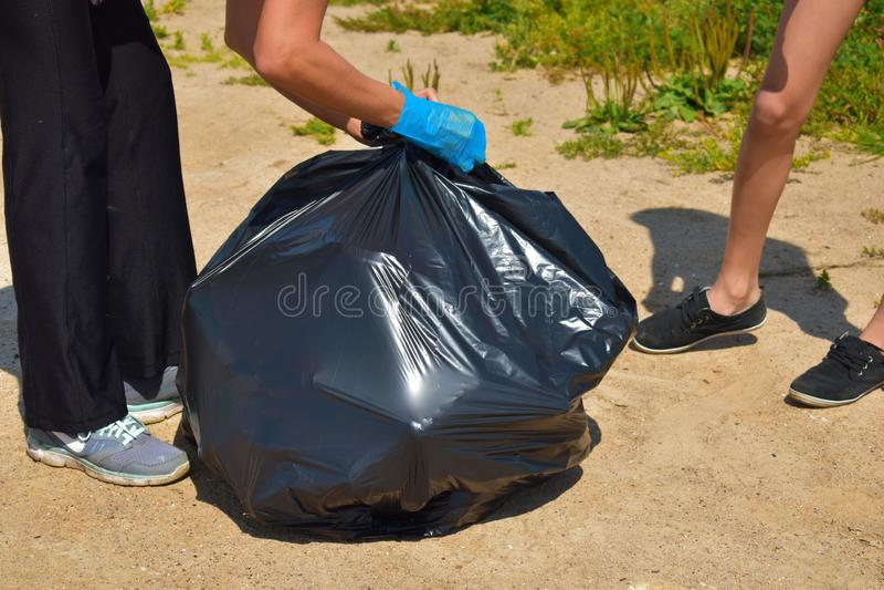 Problem zanieczyszczenie ?rodowiska Wolontariuszi czyścą parka od śmieci zdjęcia stock