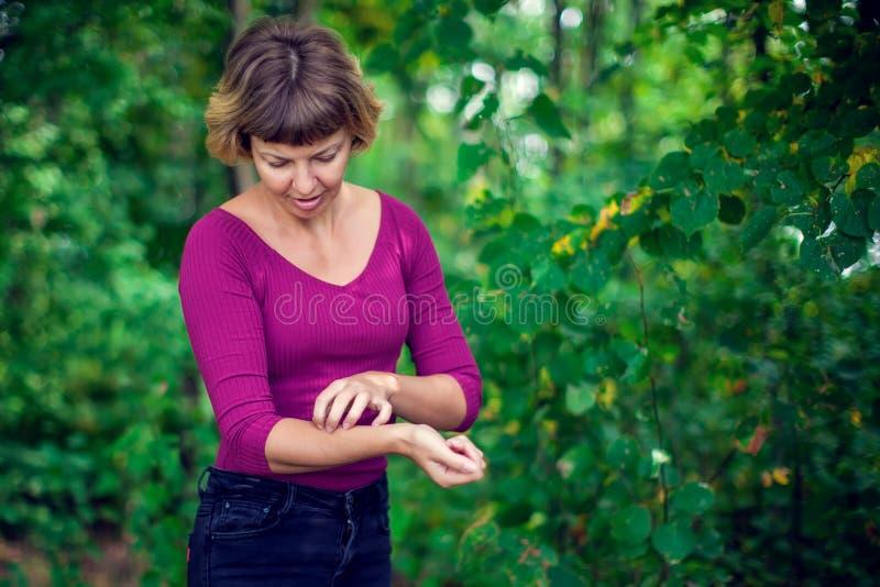 Problem zdrowotny, skór choroby Młoda kobieta drapa ona itchy fotografia stock