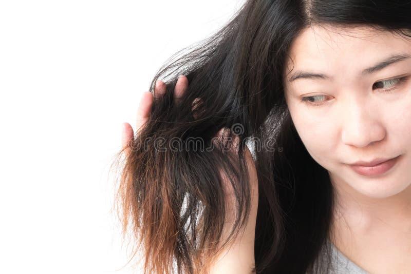 Problema dañado serio del pelo de la mujer para el champú de la atención sanitaria y el concepto de producto de belleza imagen de archivo libre de regalías