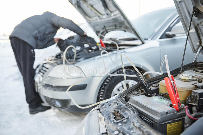Problema da bateria do acionador de partida do automóvel em condições meteorológicas do frio do inverno fotos de stock