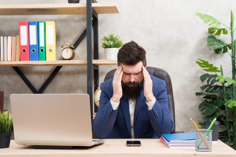 Problema da crise Homem de negócios no equipamento formal Portátil e smartphone seguros do uso do homem Local de trabalho do chef foto de stock