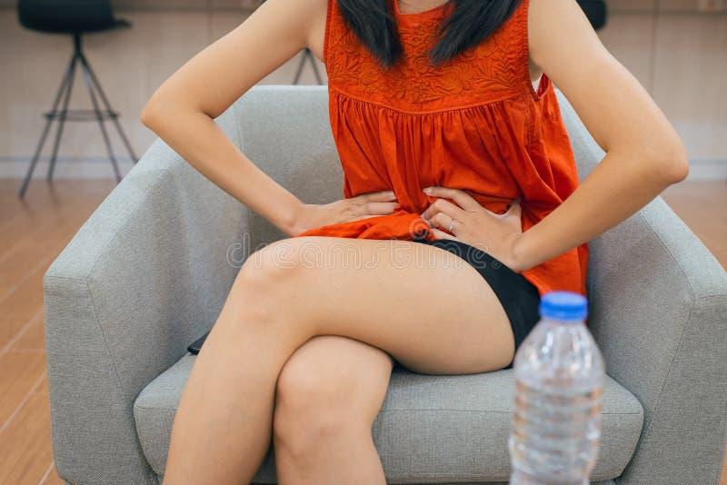 Problema da digestão, mulher com dor de estômago após comer, mulheres das mãos que guardam sua barriga imagens de stock royalty free