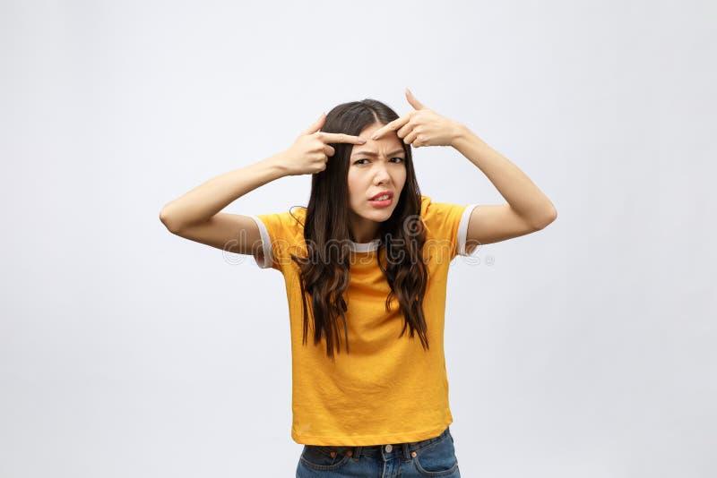 Problema de piel de la cara - tacto infeliz de la mujer joven su piel, concepto para el cuidado de piel, asiático fotos de archivo