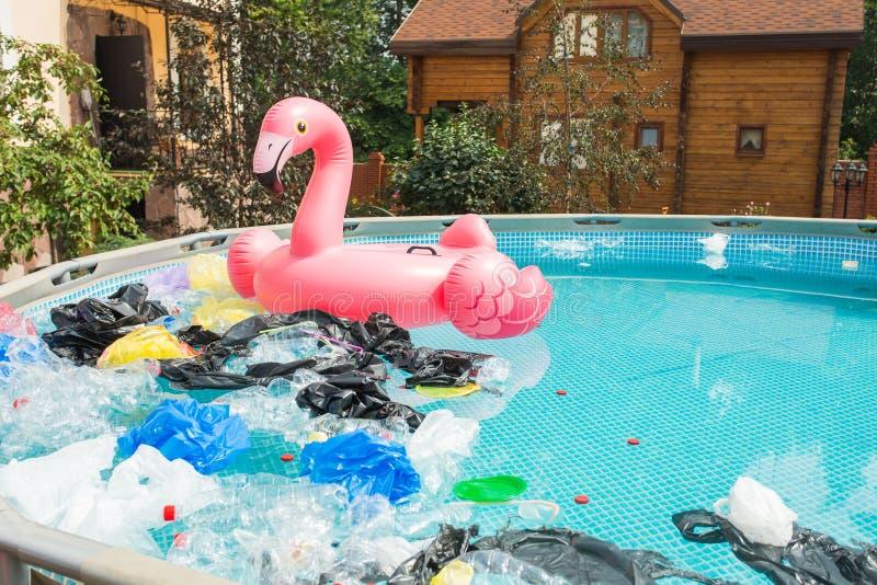 Problema della spazzatura, del riciclaggio della plastica, dell'inquinamento e del concetto di ambiente - Inquinamento da rifiuti immagini stock libere da diritti