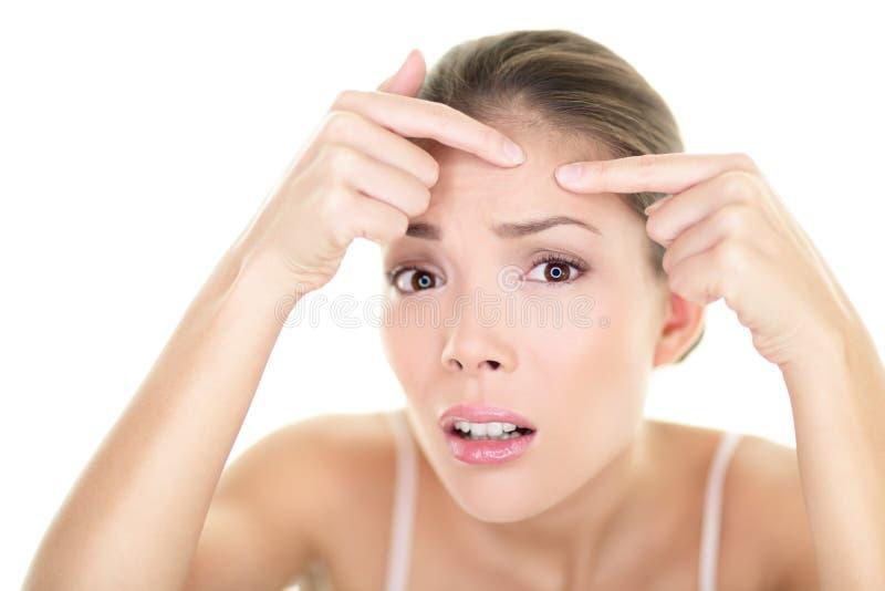 Problema di pelle della ragazza di cura di pelle del punto del brufolo del punto dell'acne immagini stock libere da diritti