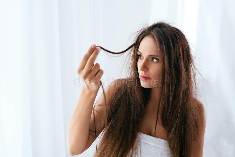 Problema do cabelo Mulher com cabelo longo seco e danificado foto de stock