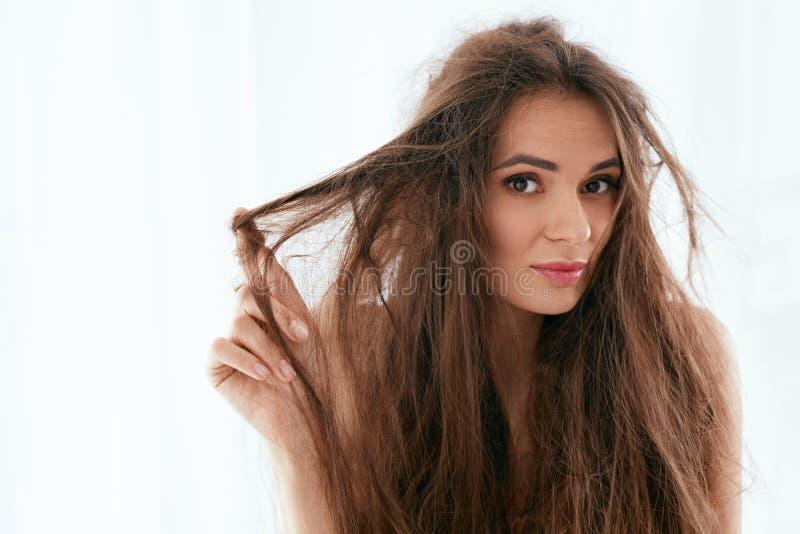 Problema do cabelo Mulher com cabelo longo seco e danificado fotos de stock royalty free