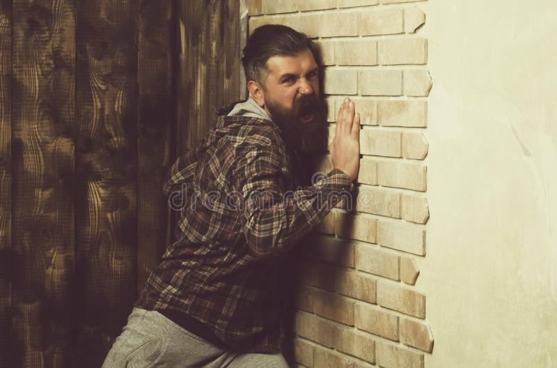 Problema do problema do esforço da raiva da agressão moderno que grita na parede de tijolo fotos de stock