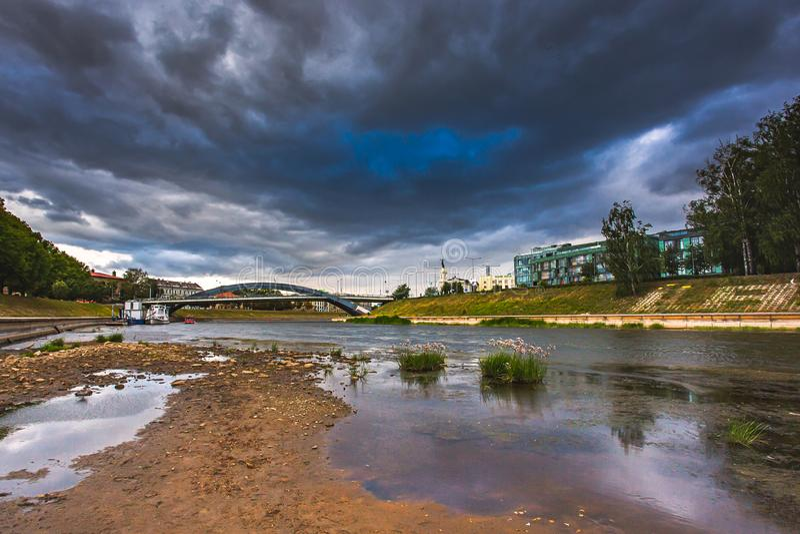 Problema do mundo com aquecimento global, rio tingido de Neris em Vilnius, Lituânia foto de stock royalty free