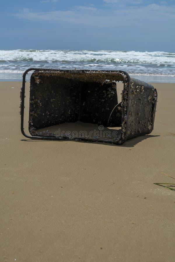 Problema ecológico da poluição do oceano do mundo com plástico, desperdício e lixo fotos de stock