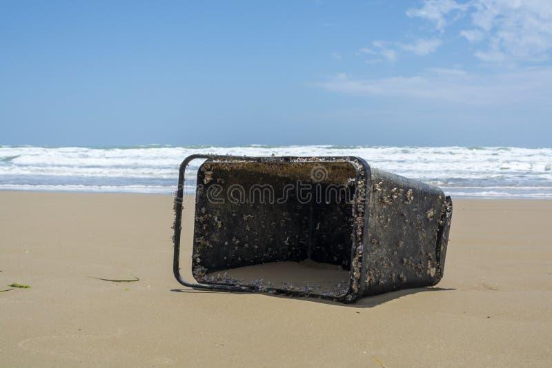 Problema ecológico da poluição do oceano do mundo com plástico, desperdício e lixo fotografia de stock royalty free