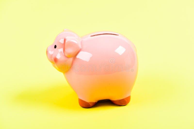 Problema financiero HUCHA EN FONDO AMARILLO gestión de la renta ahorro del dinero Presupuesto del planeamiento L?mite del presupu imágenes de archivo libres de regalías