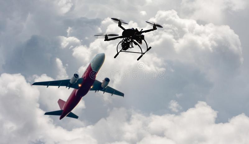 Problema que voa um zangão ilegalmente perto do aeroporto imagens de stock