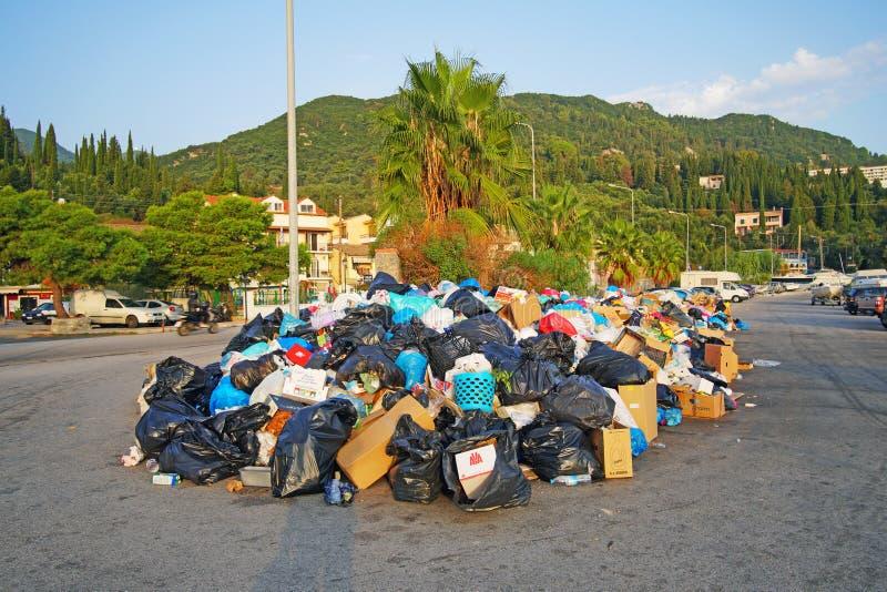 Problemas con la acumulación de la basura en las calles debido a los vertidos cerrados en Benitses, un pueblo pesquero en Corfú imagen de archivo