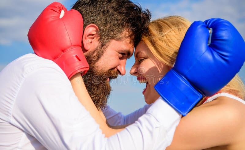Problemas da felicidade e da relação da vida familiar Reconciliação e acordo Luta para sua felicidade Barba e menina do homem imagens de stock