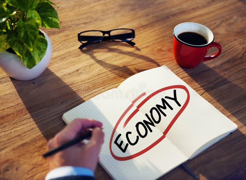Problemas de Brainstorming About Economic del hombre de negocios foto de archivo libre de regalías