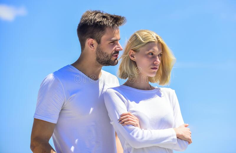 Problemas de comunicação Romance de verão Amor familiar Devoção e confiança História de amor Roupas brancas de homem e de mulher  foto de stock royalty free