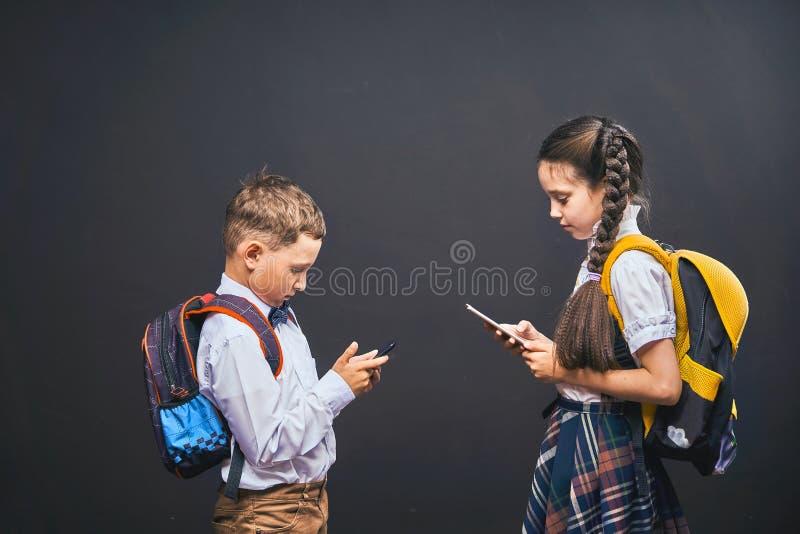 Problemas de la comunicación de niños Dependencia de redes sociales foto de archivo