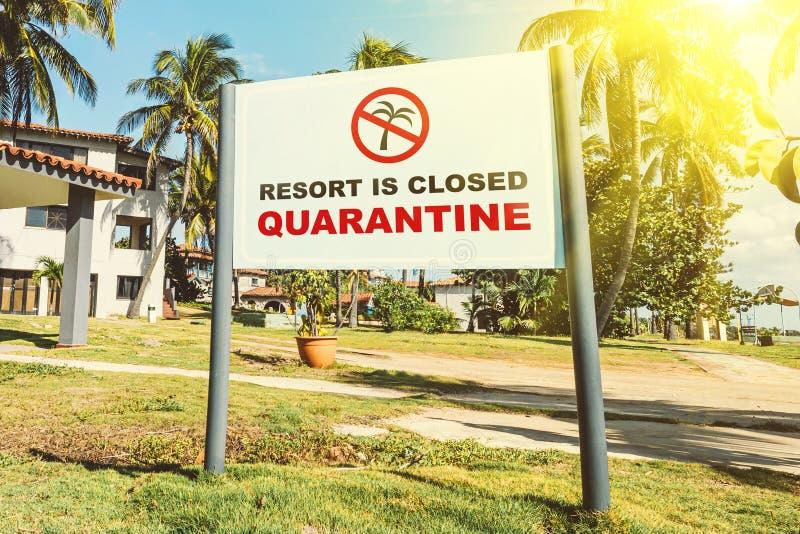 Problemas de negócios turísticos e hoteleiros na alta estação devido à epidemia de coronavírus de 19 o hotel está fechado para fotografia de stock royalty free