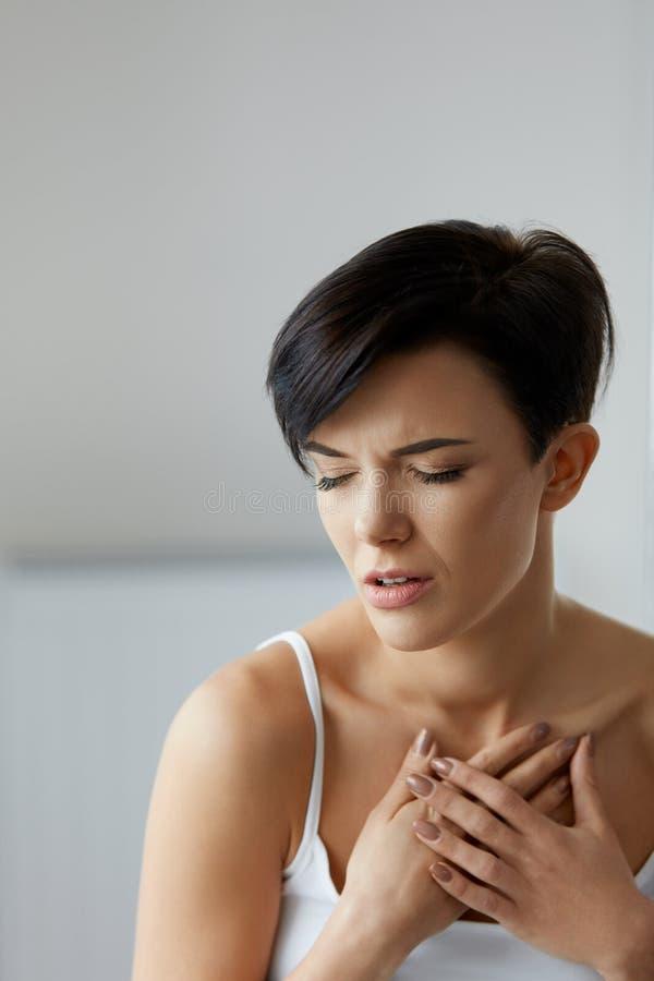 Problemas de salud Mujer hermosa que siente dolor fuerte en pecho imagen de archivo libre de regalías