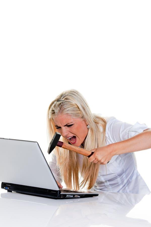 Problemas do computador com um martelo e um portátil fotografia de stock