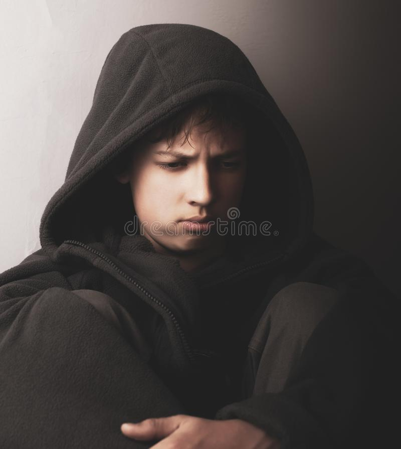 Problemas dos adolescentes Retrato de um menino adolescente triste em uma chave escura fotos de stock royalty free