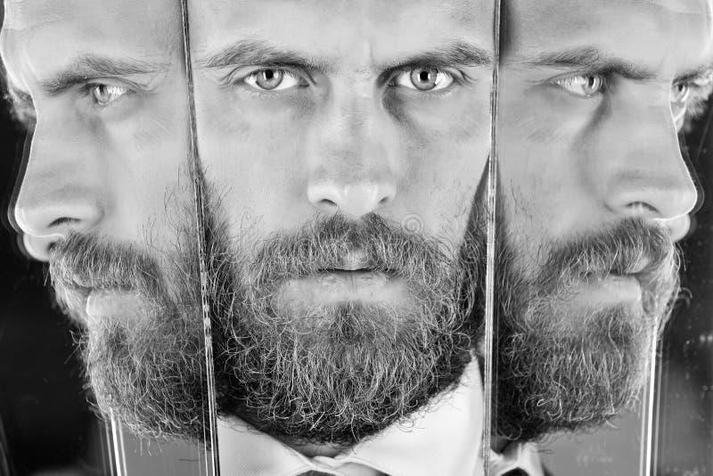 Problemas psicológicos homem novo com reflexão no espelho, moderno seguro sério, negócio foto de stock royalty free