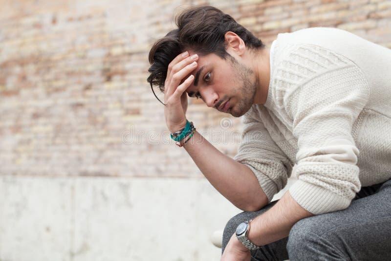 Problemas y tensión, hombre joven hermoso subrayado fotografía de archivo