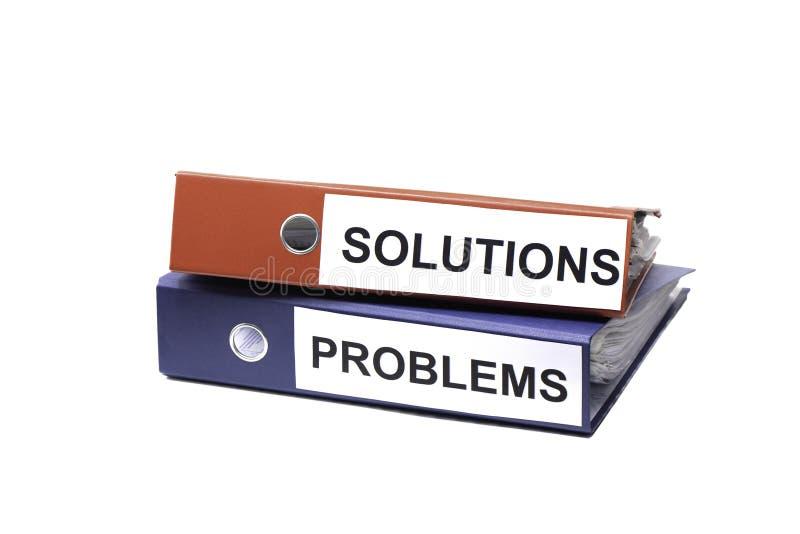 Probleme und Lösungen - zwei Mappen mit Text auf Schreibtisch im Büro lizenzfreies stockfoto
