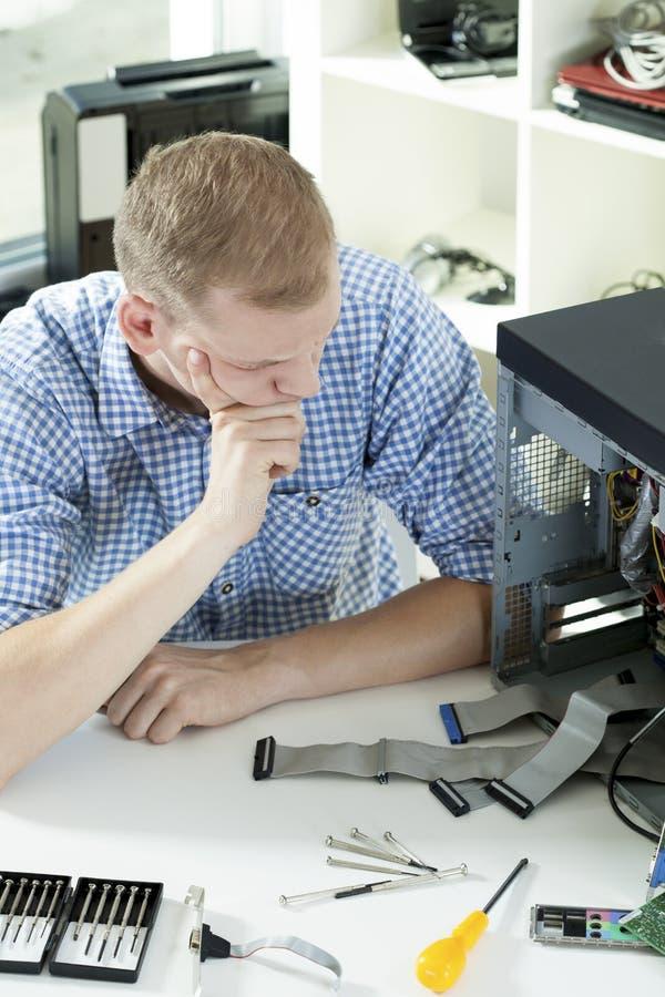 Probleme während der Computerreparatur stockbild