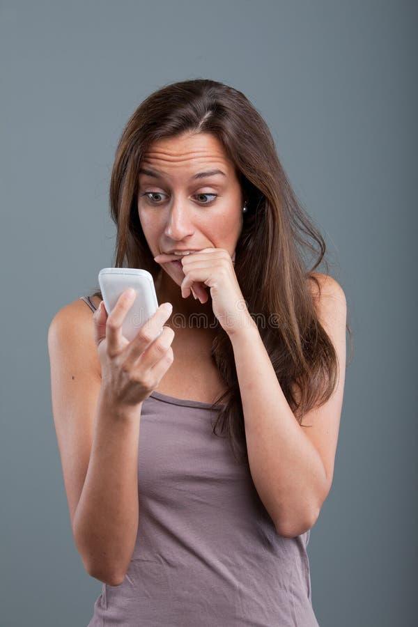 Problemen die telefonisch aan één vrouw komen royalty-vrije stock afbeelding
