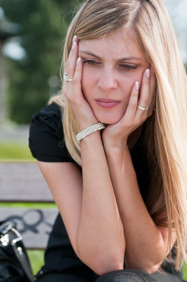 In problemen - gedeprimeerde jonge vrouw royalty-vrije stock foto's