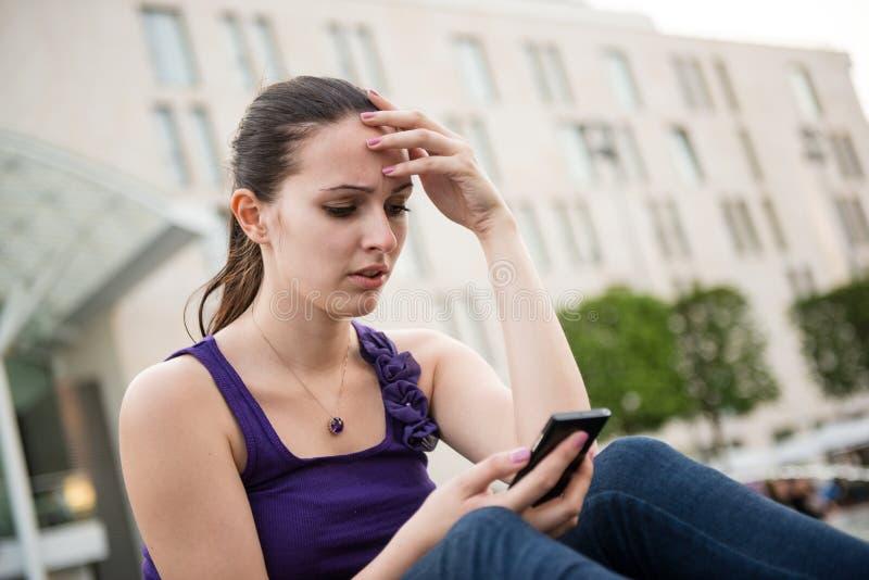Problemen - jonge vrouw met telefoon royalty-vrije stock foto