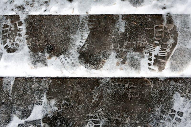 Problemet av snöborttagning i staden Momenten är iskalla, täckt med snö vinter för fotspårsnowtid Vinter tung snö royaltyfria bilder