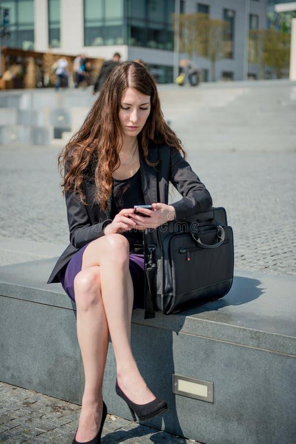 Problemi - messaggio della lettura della donna di affari sul telefono fotografia stock libera da diritti