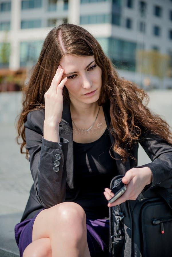 Problemi - messaggio della lettura della donna di affari sul telefono fotografia stock