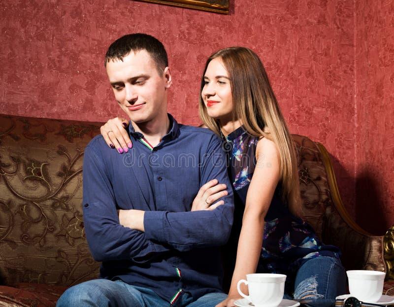 Problemy w związkach rodzinnych, młody pary obsiadanie na leżance obsługuje skaleczenie, on obracał zdala od kobiety obrazy royalty free