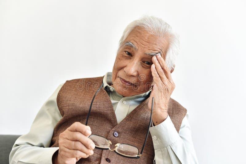 Problemy z utratą wzroku u osób starszych, choroby oczu związane z wiekiem u osób dorosłych obraz royalty free